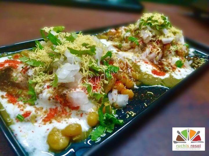 Kachori chaat Made from moong dal stuffed kachories Taste- spicy 😋😋😋