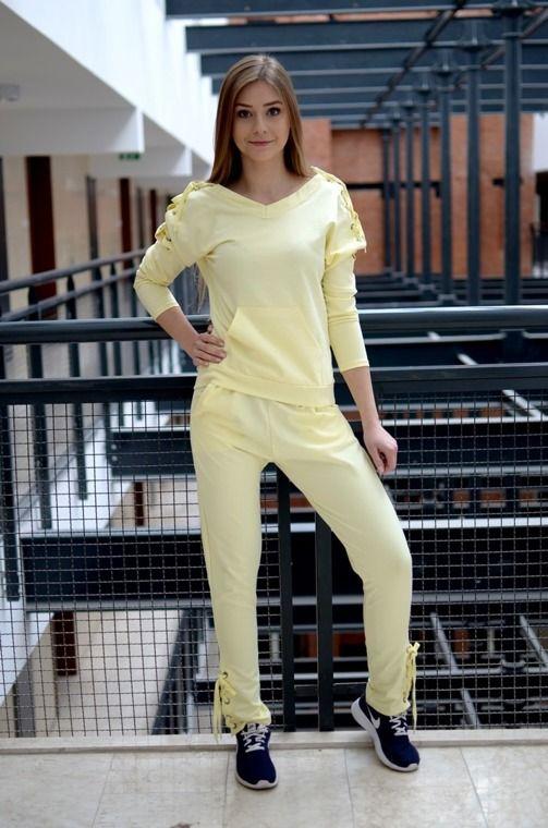 Niezwykle wygodny komplet, składający się z: długich, prostych spodni z dwiema kieszeniami oraz bluzy wciąganej przez głowę. Oryginalnie zapakowane z kompletem metek. Wykonane z najlepszych materiałów. Modny design i niepowtarzalny wygląd.