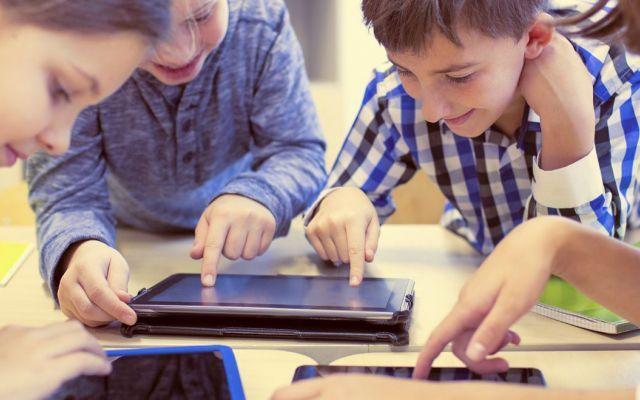 #Socialmedia e scrittura per il web per i ragazzi delle scuole medie Web, Social Media, Smartphone e Tablet sono diventati compagni inseparabili delle nostre giornate, siamo costantemente connessi e la stessa cosa vale per i più piccoli, anche loro si informano, gioca #socialmedia #web #scuola #agendadigitale