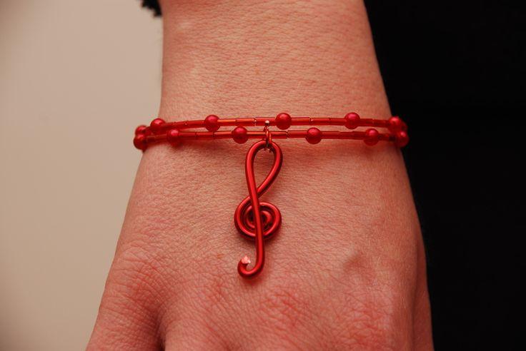 Bracciale rigido doppio giro con chiave di violino in filo di alluminio rosso