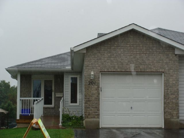 Bright and Airy Town Home Beauty | houses for sale | Renfrew | Kijiji