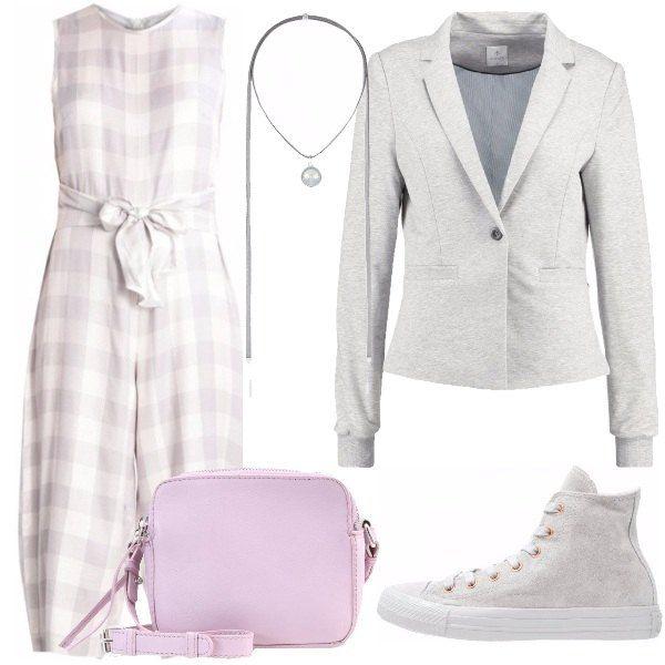 Outfit composto da jumpsuit con una delicata stampa a quadri e con pantaloni culotte, giacca grigia, sneakers alte, tracollina color lilla e collana grigia con punto luce.