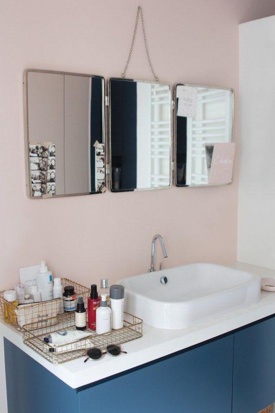 Jolie salle de bain épurée avec grand miroir barbier / Nice minimalistic bathroom