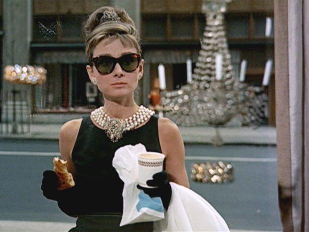 Audrey Hepburn em uma das cenas mais famosas do cinema no clássico 'Bonequinha de luxo'.  (Foto: Divulgação)