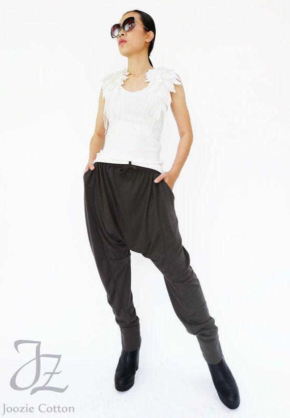 Weich und leicht slouchy Pluderhosen. Elastischer Tunnelzug, schräge Seitentaschen und konische Hosen hinken mit gebänderten Saum. Trage sie mit Trainern oder kleiden sie sich mit High Heels und eine nette oben.  * Pullover Stil. * Drop-Schritt-Stil. * Kordelzug elastische Taille. * Seite Einschubtaschen * Soft-Touch Hand fühlen. * Konische Beine; Gebänderte Saum.  Maße ca.: Taille: Gummibund aus 27 bis 52 Hüfte: 58 Gesamtlänge: 39 und 42  Die Hose auf der Modell-Länge ist 39. Wir haben auch…