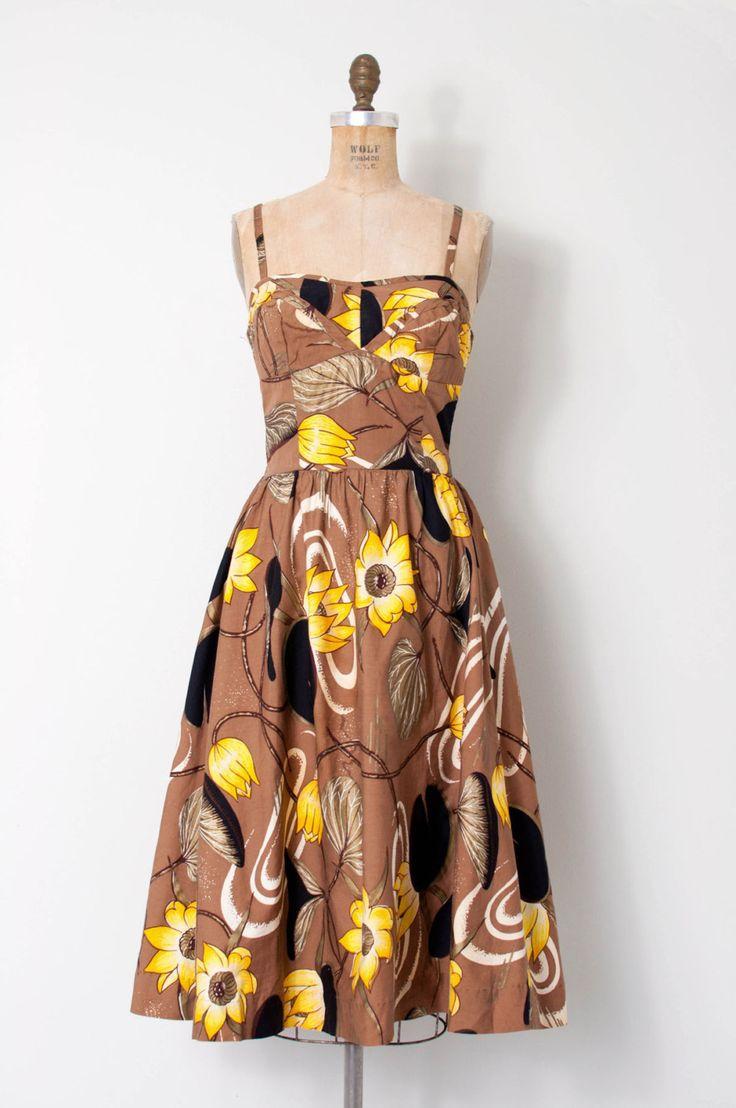 zeer inbaar vintage jaren 1950 Alfred Shaheen katoenen jurk. echt prachtig bruin en geel zonnebloem bloemenprint met metallisch goud bladeren, zonder been bovenlijfje met verticale naadloos te verlijmen op buste, dunne schouderbandjes, elastische smocked terug, volledige rok, pullover stijl - geen knoppen of ritsen.  L EEN B E L Alfred Shaheen Honolulu  M E EEN S U R E M E N T S Bust 34 taille 25 heupen volledige lengte 45  best past een extra-Small.       |      |     |     |     |  zorg…