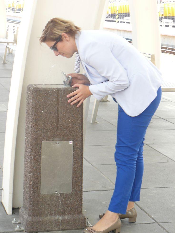 Wibrobetonowy zdrój wody pitnej w Katowicach na Dworcu PKP