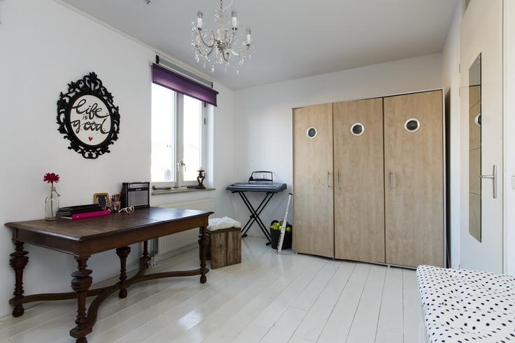 Ouderslaapkamer, master bedroom...hier een tienerkamer. Groot (ca. 16m2) en licht.