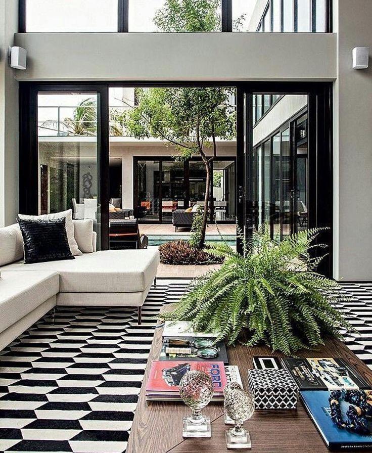A clássica dupla preto  branco é super cool no decor e ganhou vida com as pinceladas de verde  {Pic via @almocodesexta} ------ Black and white is a classic combination super cool for decoration and it came alive with a bit of green color!