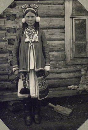 Молодуха - молодая замужня женщина в праздничном костюме. Мокша. 1927.