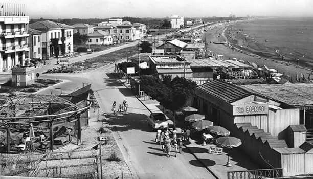 Anni 50 in primo piano a destra il Bagno Ristorante Apollo da Bianca, a fianco Bagno Ristorante Europa il primo edificio a destra era l'Hotel Ristorante Centrale.