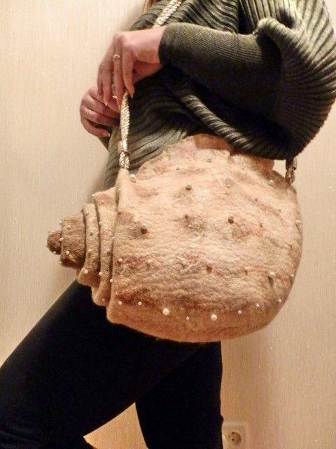 Давно меня покорила чудесная ракушка от marmaruni , но свалять сама не решалась. А тут у подруги День Рождения приключился и она попросила такую сумку . Чего…