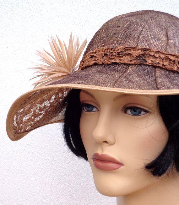 Retro bruine dameshoed met kant, cloche hoed uit de jaren 20, art deco, jaren 20 accessoire, sisal sinamay hoed, zomer hoed