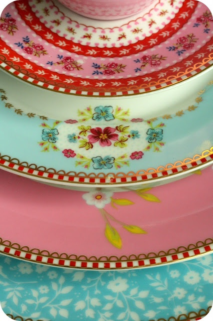 beautiful dishes...this is so not my style but maybe it's the girlie part of me that likes this :-)