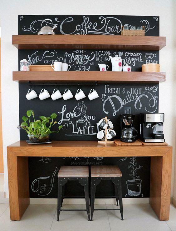 É louco por café e tá pensando em dedicar um espaço exclusivo para a bebida na sua casa? Se inspire nesse cantinho com móveis de madeira e parede de lousa.
