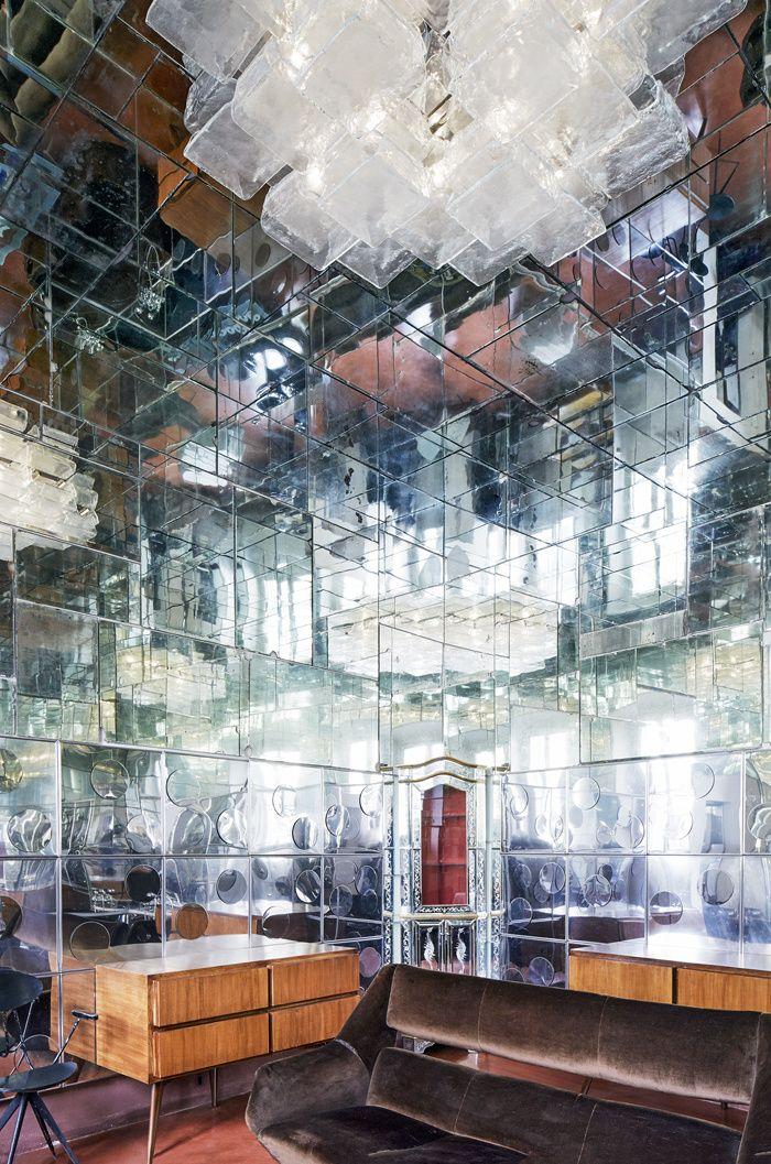La maison de RobertoBaciocchi en Toscane Dans la salle de bains entièrement recouverte de miroirs vénitiens anciens, difficile de distinguer le meuble d'angle en miroirs réalisé à Murano à la fin des années 1950.