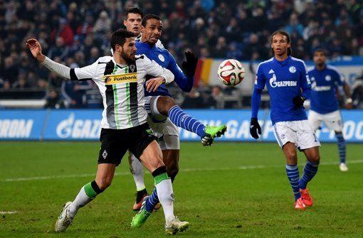 Schalke 04 lässt im Kampf um einen Champions-League-Platz nicht locker. Mit dem 1:0 gegen Borussia Mönchengladbach ziehen die Knappen in der Bundesliga-Tabelle am Gegner vorbei. Einen Fußball-Leckerbissen bekommen die Fans dabei aber nicht zu sehen. http://www.stuttgarter-zeitung.de/inhalt.10-gegen-gladbach-schalke-schafft-sprung-auf-platz-drei.5c8ca2fe-1740-42b2-b1d0-99fd7bf1ee53.html