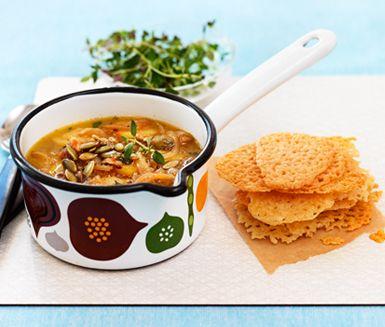 Låt billiga lökar spela huvudrollen i en lättlagad soppa med franska förtecken. Men i stället för att gratinera den, bjud med frasiga ostchips!