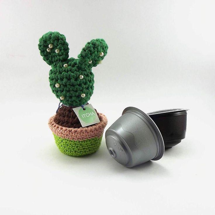 Os vasinhos de nossos cactos são feitos reaproveitando cápsulas de máquina de café espresso. Últimas unidades na loja: itcha.ilura.com #cactos #cactus #crochet #crochê #amigurumi #itcha #handmade #feitoamão by itcha.studio