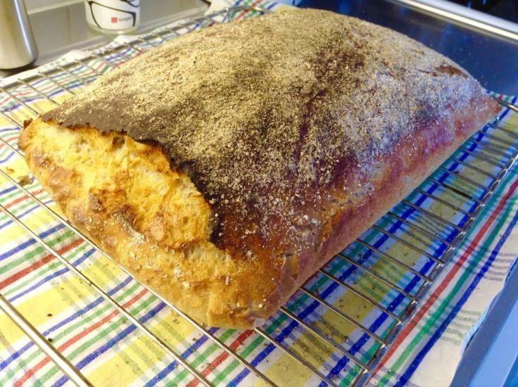 Det här är världens godaste surdegsbröd som du bakar i en långpanna. Skär upp det i skivor eller rutor och lägg i frysen så räcker det länge. Receptet innehåller många små moment som...