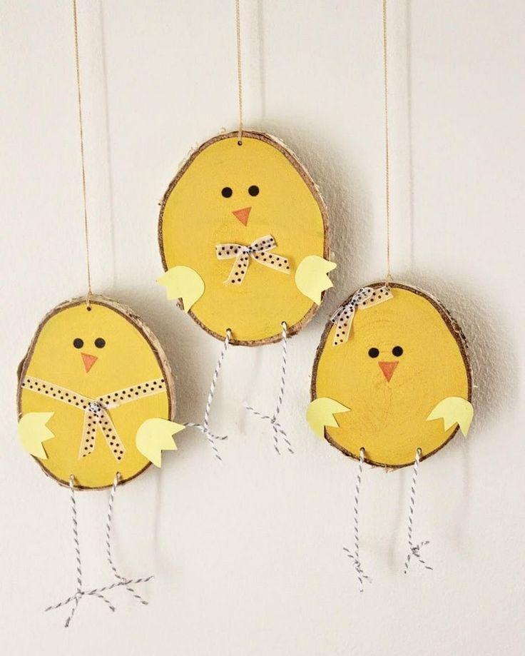 bricoler avec des tranches d'arbre Pâques poussin suspendus décoration drôle #Easter #decor