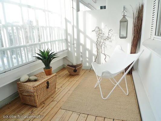 Little balcony with white Bat chair / Pieni valoisa parveke & Lepakkotuoli