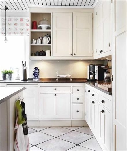 I köket är bänkskivan i tunisisk kalksten 70 cm djup, vilket underlättar matlagningen. Köksskåp från Wahlund & co. Gardin från Designers guild.