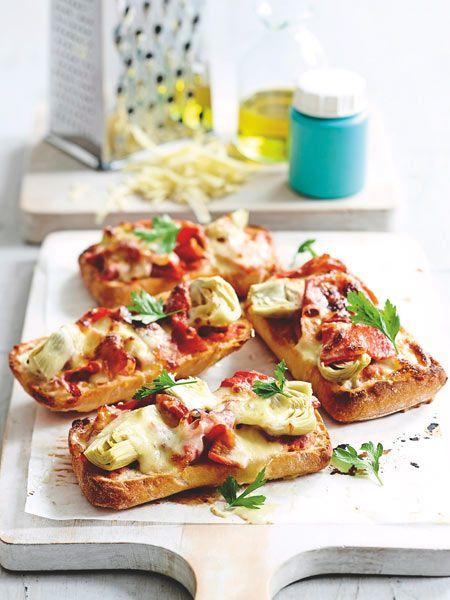 Crostinis sind ein tolles Fingerfood für Partys. Mit leckerer Antipasti sind die kleinen Brote besonders lecker.
