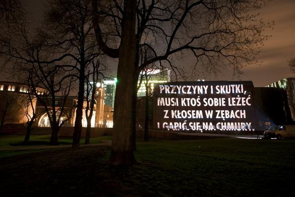 """Projekcje świetlne Jenny Holzer / Jenny Holzer's light projections    """"For Poznan"""", 2011, projekcja świetlna  Stary Browar, Poznań  Tekst: """"Myśli nawiedzające mnie na ruchliwych ulicach"""" Wisława  Szymborska. Za zgodą autora.  © 2011 Jenny Holzer, członek Artists Rights Society (ARS), NY"""