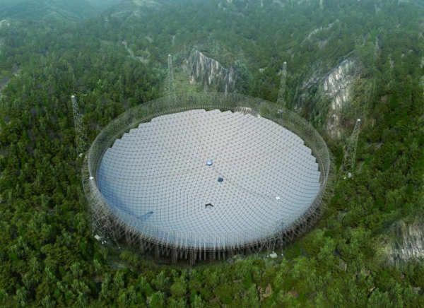 """Con un radiotelescopio del tamaño de 30 campos de fútbol, China quiere encontrar extraterrestres y convertirse en una potencia científica, un megaproyecto para el que expropió a miles de personas.FAST, acrónimo inglés de """"Radiotelescopio esférico de 500 metros de apertura"""", comenzó a funcionar a finales de septiembre. Su fabricación costó 1.200 millones de yuanes (165 millones de euros).Desde la provincia pobre de Guizhou (sudoeste), enclavado entre tres colinas, el FAST..."""