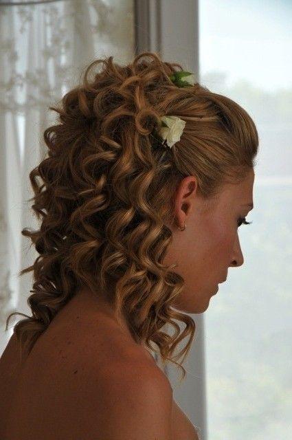 Klasszikus göndör menyasszonyi frizura virág díszekkel
