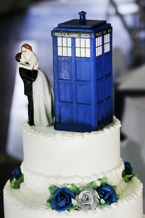 Beautiful Doctor Who TARDIS wedding cake topper.