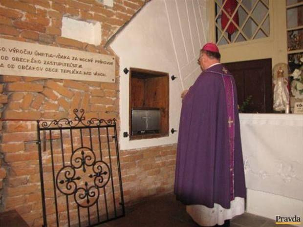 Žofia Bosniaková sa do Tepličky nad Váhom vrátila v malej antikorovej urne. Dobrovoľní hasiči ju uložili späť do kaplnky, ktorú predtým vysvätil žilinský biskup.