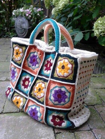 Een tas met bijzondere granny's: van bloem naar achthoek, naar vierkant. Zo leuk om te doen! De zijkant is doorvlochten met tweekleurige koordjes in de kleuren van de vierkanten. Gemaakt met restanten garen.