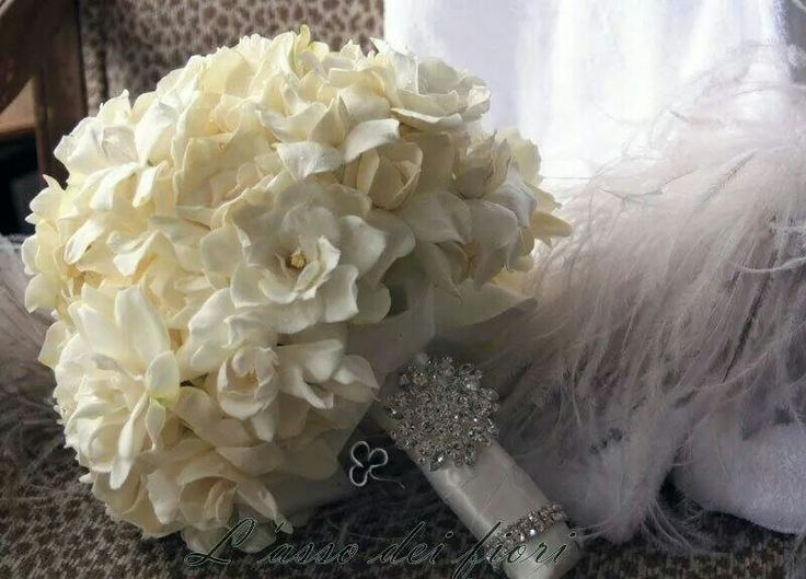Bouquet di gardenie bianche con decori luxury chic
