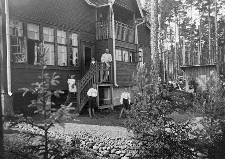 Vuosaari, Helsinki, Kallvikintie 31. Huvila Åsa. Portailla Mauritz Lassenius ja lapsia. - Valokuvaaja: Tuntematon 1909