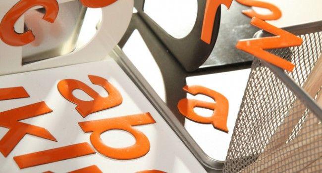 Pomarańczowe #LiteryMagnetyczne. Komplet 35 literek o 5 cm wysokości. Znakomite #doSzkoły #TablicaMagnetyczna #MagnesyNaLodówkę