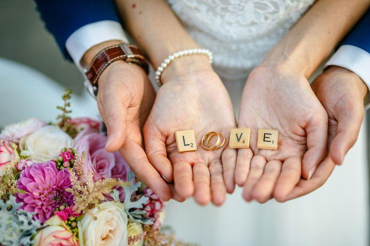 So eine schöne Idee für die Fotos der Eheringe. Einfach mit kleinen Buchstaben das Wort Love formen.  Foto: ROCKSTEIN fotografie