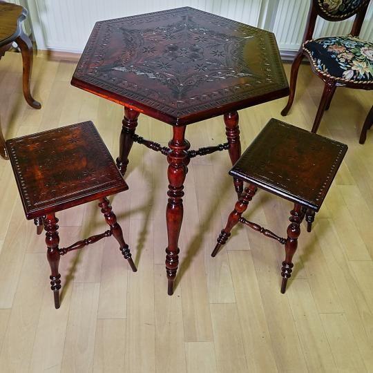Vyrezávaný stôl  (priemer 62 cm, výška 75 cm) s dvomi stoličkami (výška sedu 46 cm). S možnosťou fakturácie. Prepravné náklady  nie sú v cene.