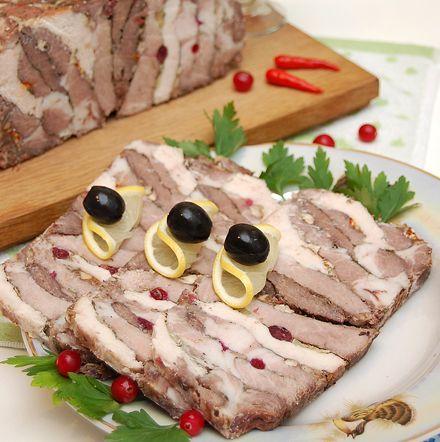 Мясная закуска, которая лишает гостей рассудка и заставляет забыть о диете. Запах обалденный, вкус очумительный, вид – сногсшибательный, мясное ассорти пошагово.