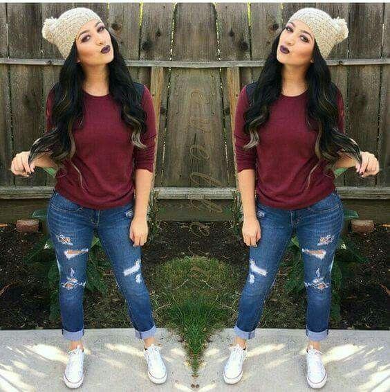 Casual. Jeans, blusa color vino y tennis