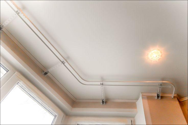 Карниз на эркер с двумя углами крепление на стену. Натяжной потолок, послужил причиной при выборе решения о креплении карниза. Карниз на эркер 2-х рядный, крепление на стену 5 кронштейнов 250- 300мм, 2 кронштейн 150-200мм, общая длинна 4300мм. Дополнительно крепление закруглений для исключения провисания. Глайдеры двигаются