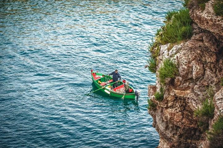 Today we'd like to greet you with this nice picture of a fisherman at work near the steep cliffs of Polignano a Mare…inspiring, isn't it? http://www.viaggiareinpuglia.it/at/93/comune/165/en Photo credits: Leonardo D'Angelo