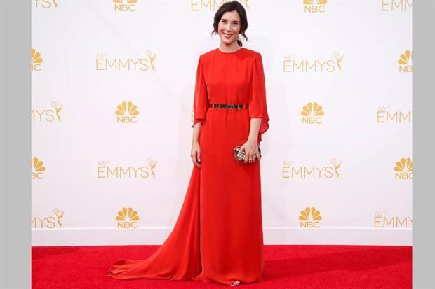 La alfombra roja de los premios Emmy 2014  La actriz Sibel Kekilli llegó al evento con un vestido túnica en color naranja y cinturón dorado ¿Qué te parece su elección?.  /AFP PHOTO