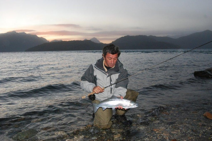 Pesca con mosca en la desembocadura del Rio Correntoso en el Lago Nahuel Huapi