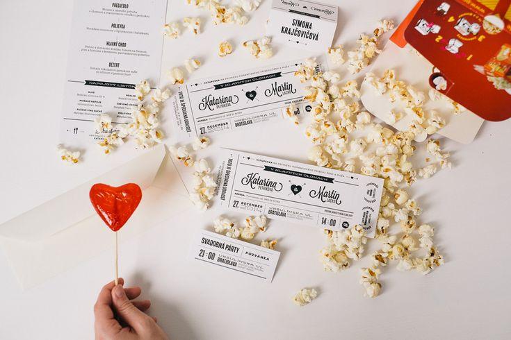 Na tento svadobný set sme veľmi hrdí. Moderný dizajn a prepracovaná typografia, vytlačené navyše na recyklovanom papieri pripomínajúci čas, keď ísť do kina bol sviatok. Vaši známi si pozvanie k stolu odtrhnú priamo na lístku. Naštartujte stroj na pukance a párty sa môže začať.