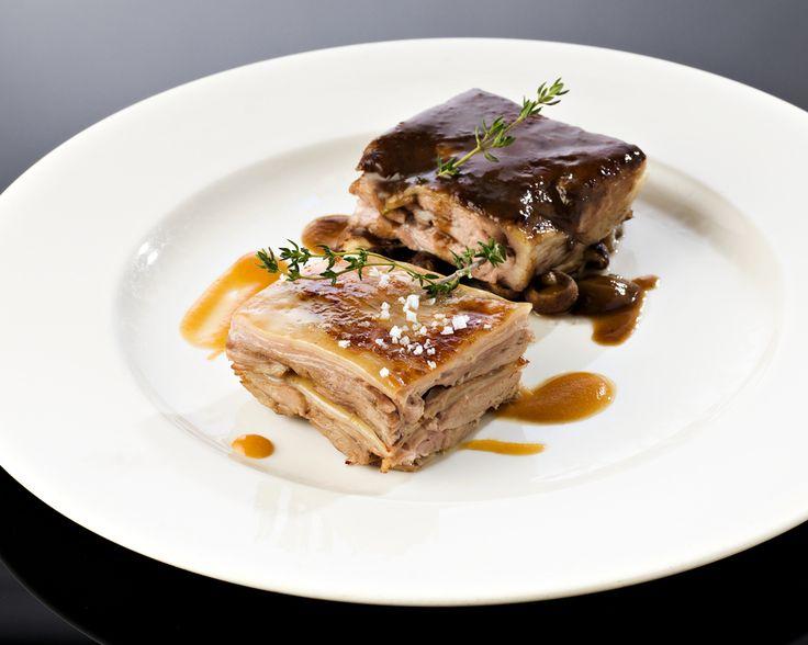 Dúo de asados: paletilla con setas y cochinillo con puré de melocotón de Calanda