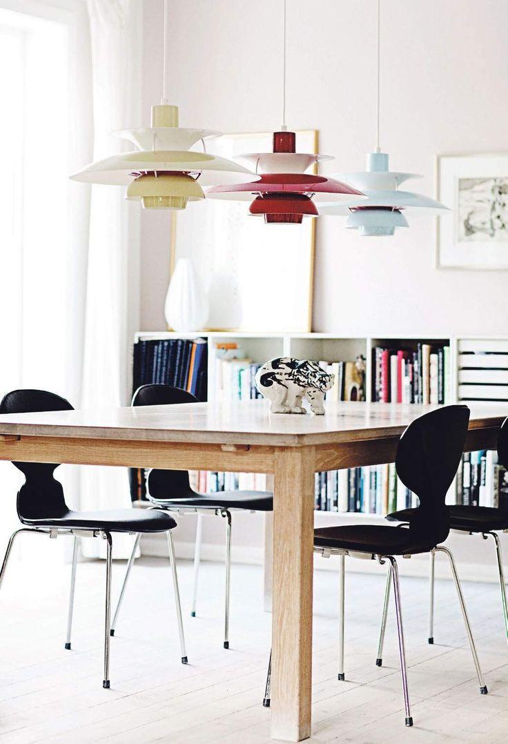 Salle à manger rétro Scandinave - les 3 suspensions de couleurs apportent un vrai cachet.