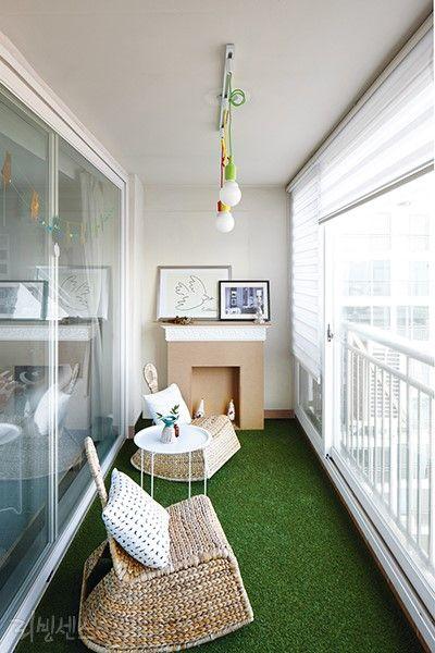 싱그러운 리조트풍 인테리어 바닥에 인조잔디를 깔고 라탄 소재의 낮은 체어를 놓으니 여름 나라에 놀러온 듯 휴양지 분위기가 물씬 묻어난다. 인조잔디는 셀프로 깔았는데 거실에서 보면 정원같다. 셀프 시공 케이스.