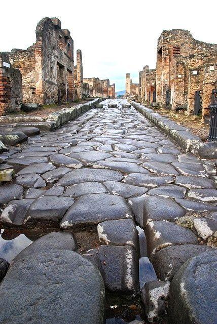 Pompei, Napoli  Pompei è stata una delle città più grandi e splendenti dell'epoca romana, come testimoniano i resti che spuntano ovunque. Chissà come sarebbe diventata Pompei se nel ' 79 d.C. il Veusvio, che nessuno sapeva ancora essere un vulcano - dato che aveva le stesse sembianze di una comune montagna - non avesse distrutto la città con la sua violentissima eruzione.